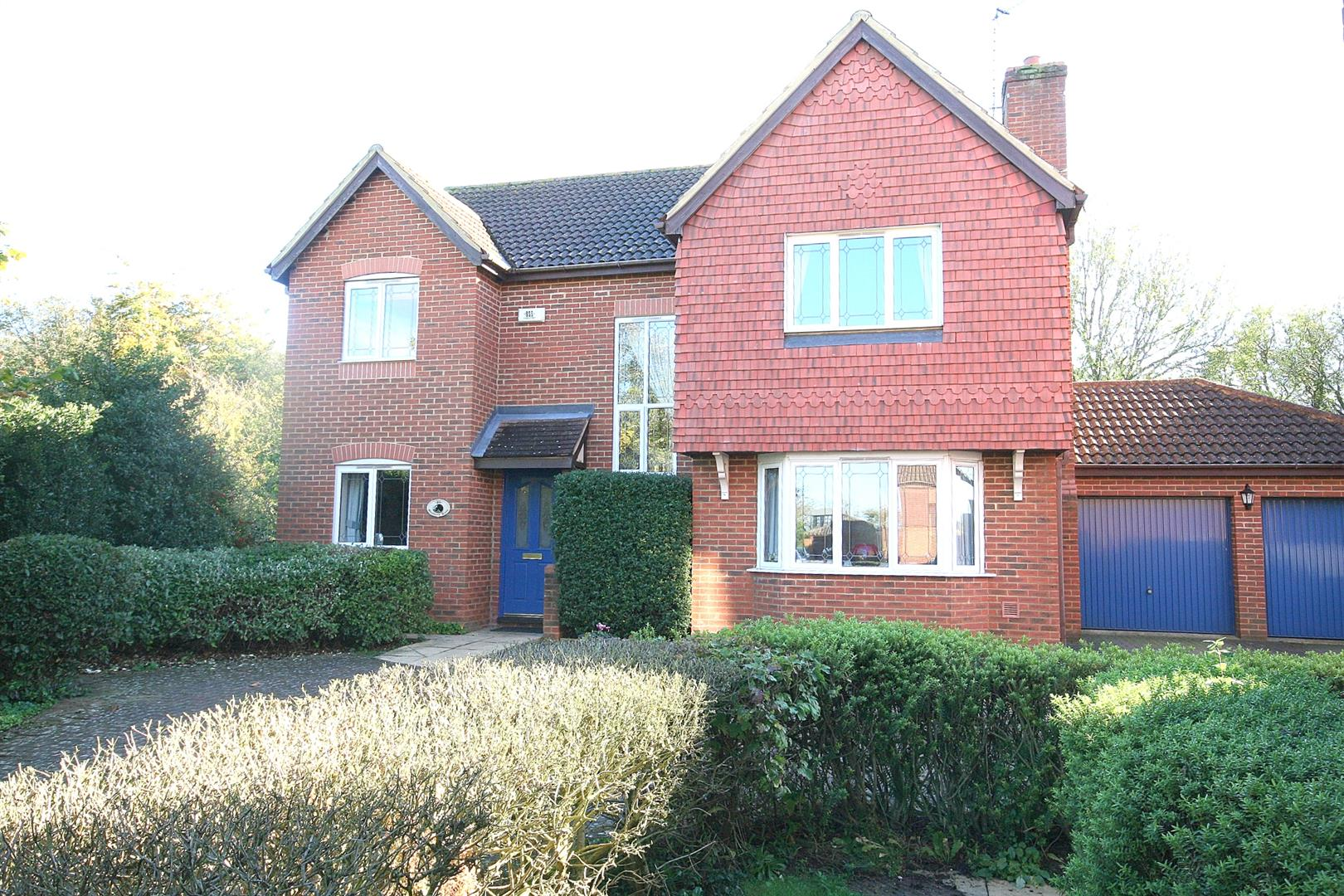 4 Bedrooms Detached House for sale in Badgers Gate, Dunstable, Beds.